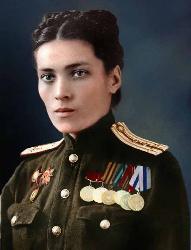 Жена-капитан в съветската армейска медицинска служба, 1945 година.