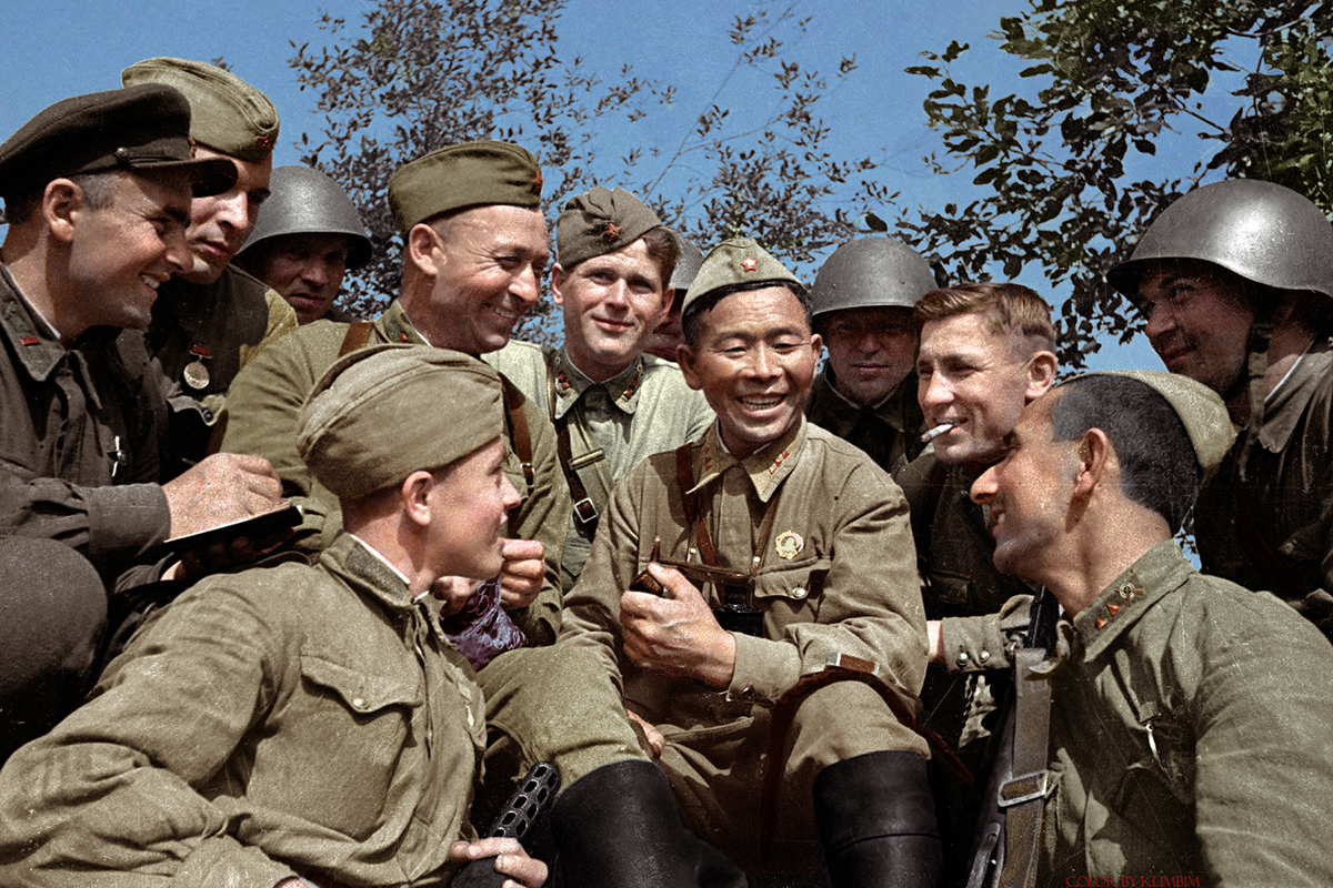 Sémion Nomokonov (1900-1973) se reposant avec ses camarades, 1942. Sémion était un célèbre tireur d'élite soviétique durant la Seconde Guerre mondiale, 367 victimes lui sont attribuées.