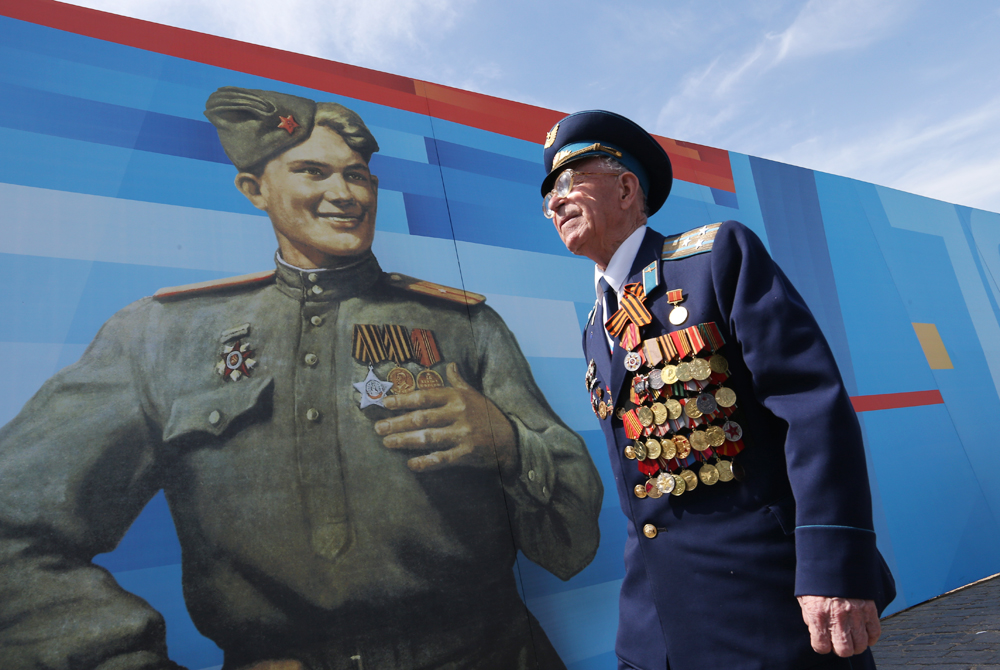 A WWII veteran attends a Victory Day military parade in Moscow's Red Square, May 9, 2015.