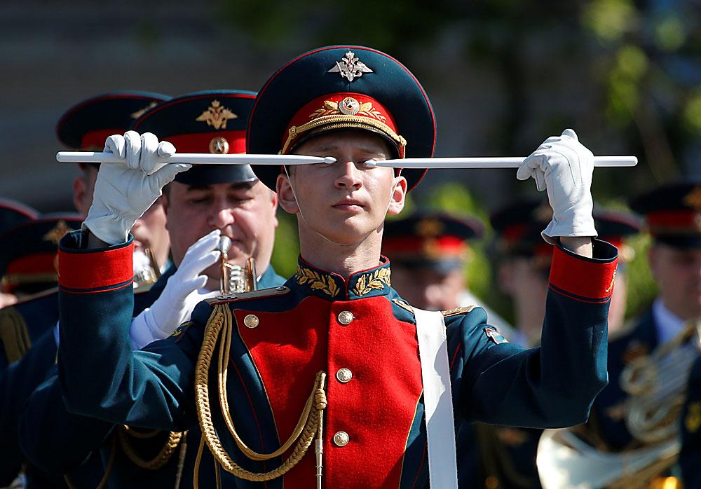 Музикант от руския военен оркестър на репетиция преди Деня на Победата.