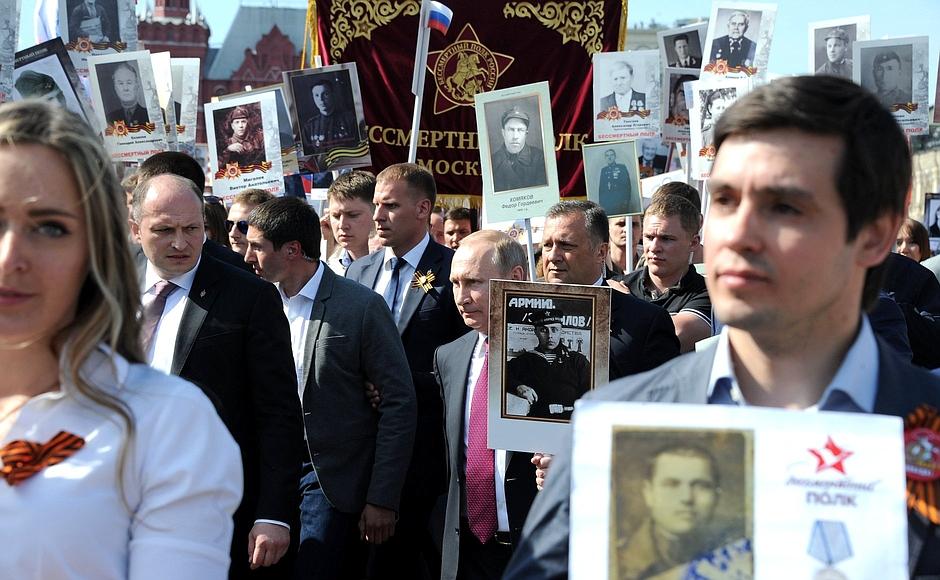 プーチン大統領も「不滅の連隊」の行進に加わった=