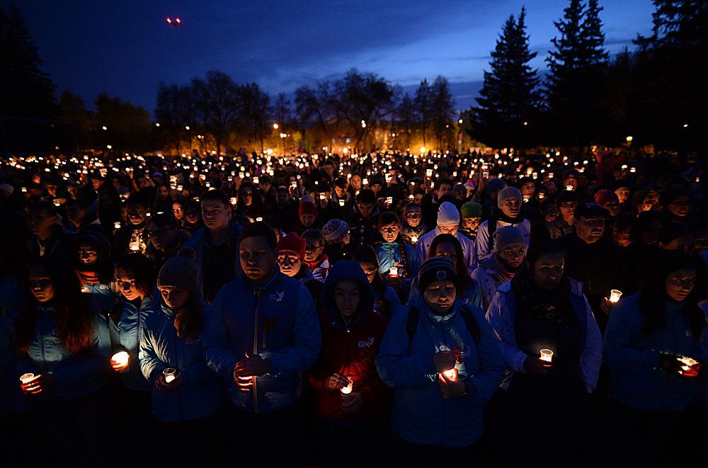 """Участници в акцията """"Свещ на паметта"""" до мемориалния комплекс """"Мемориал на Славата"""" в Новосибирск."""