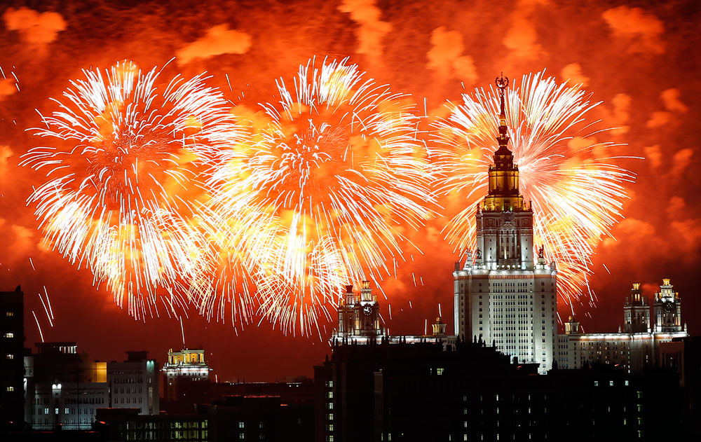 """Тържествен фойерверк вечерта на 9 май до Главната сграда на Московския държавен университет """"М.В. Ломоносов"""" по повод 71-та годишнина от победата във Великата Отечествена война."""