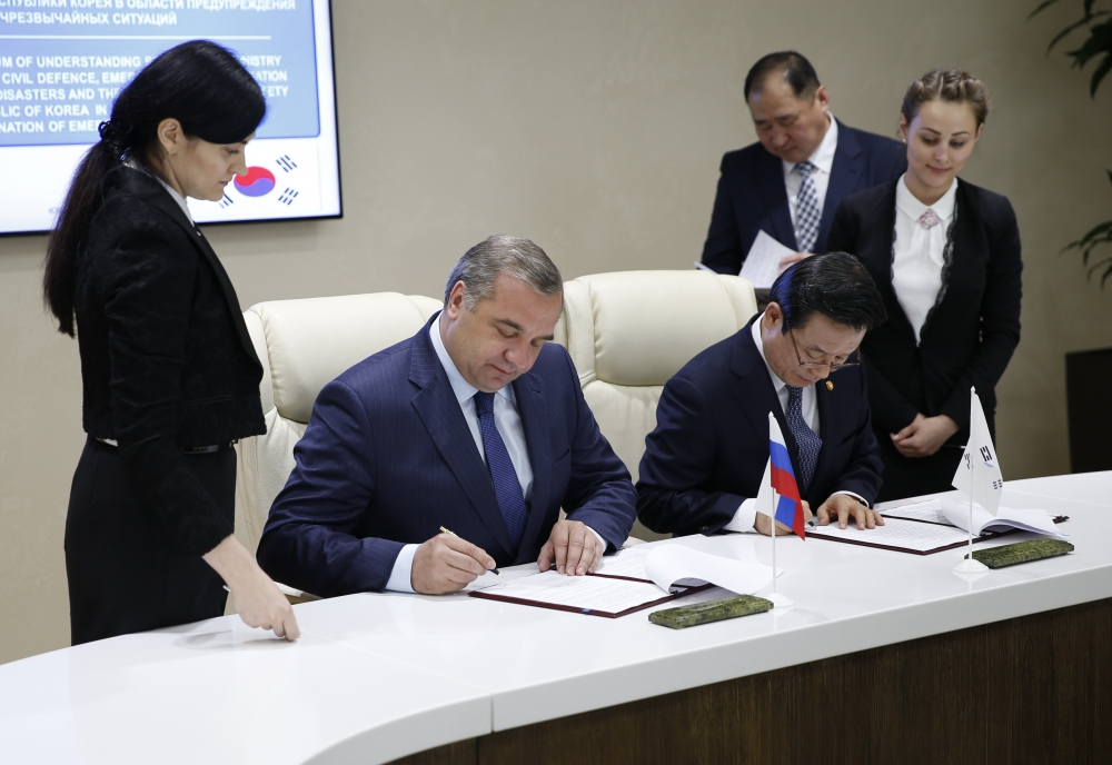 Russian Emergency Situations Minister, Vladimir Puchkov (L) and South Korean Minister of Public Safety and Security, Park In-Yong (R).