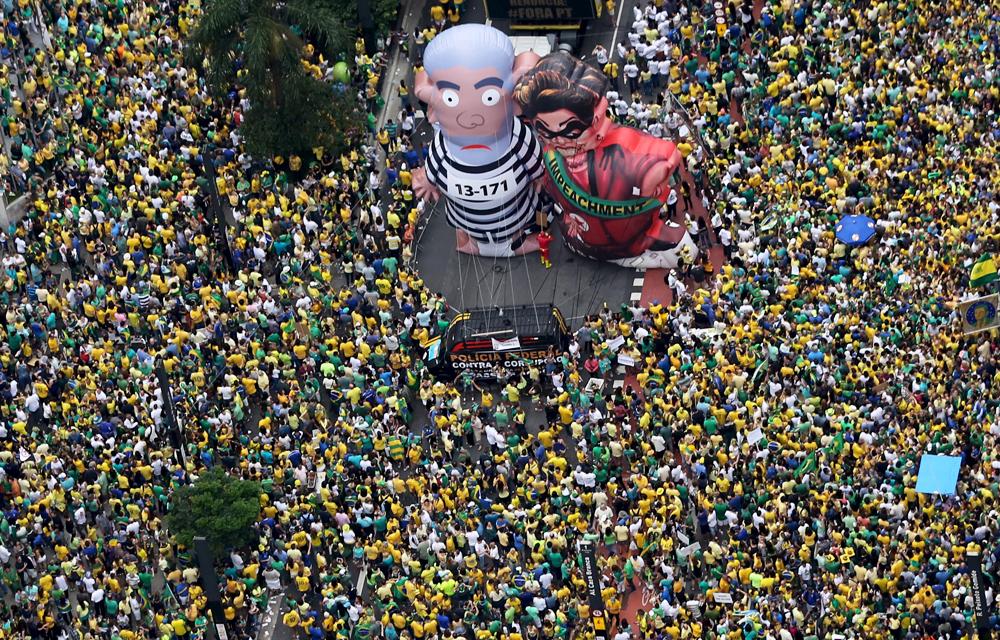 """Bonecos conhecidos como """"Pixuleco"""" marcaram manifestações contra o governo"""