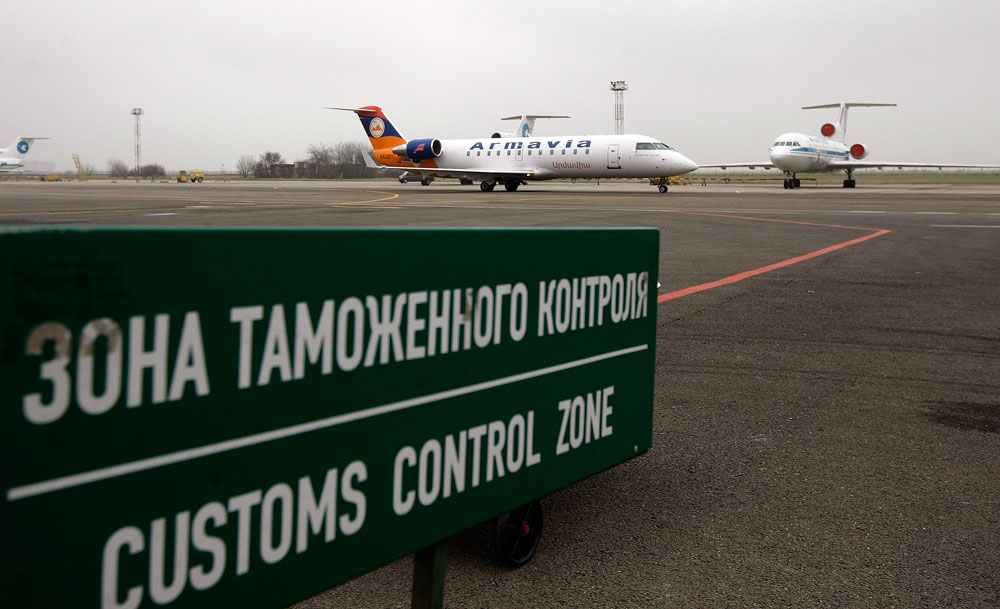 The customs authorities are holding an unidentified man for smuggling goods into Russia. He carried goods in hand luggage through the green corridor at Sheremetyevo airport.