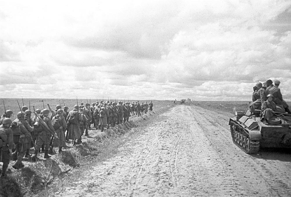 Tropas reservas da URSS seguindo para a Frente Oriental