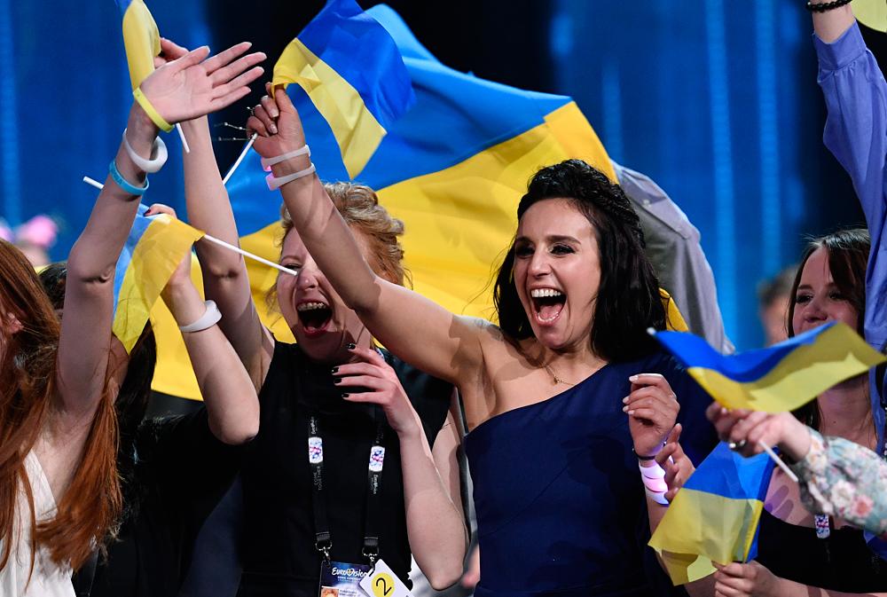 La cantante ucraina Jamala festeggia la vittoria all'Eurovision Song Contest.