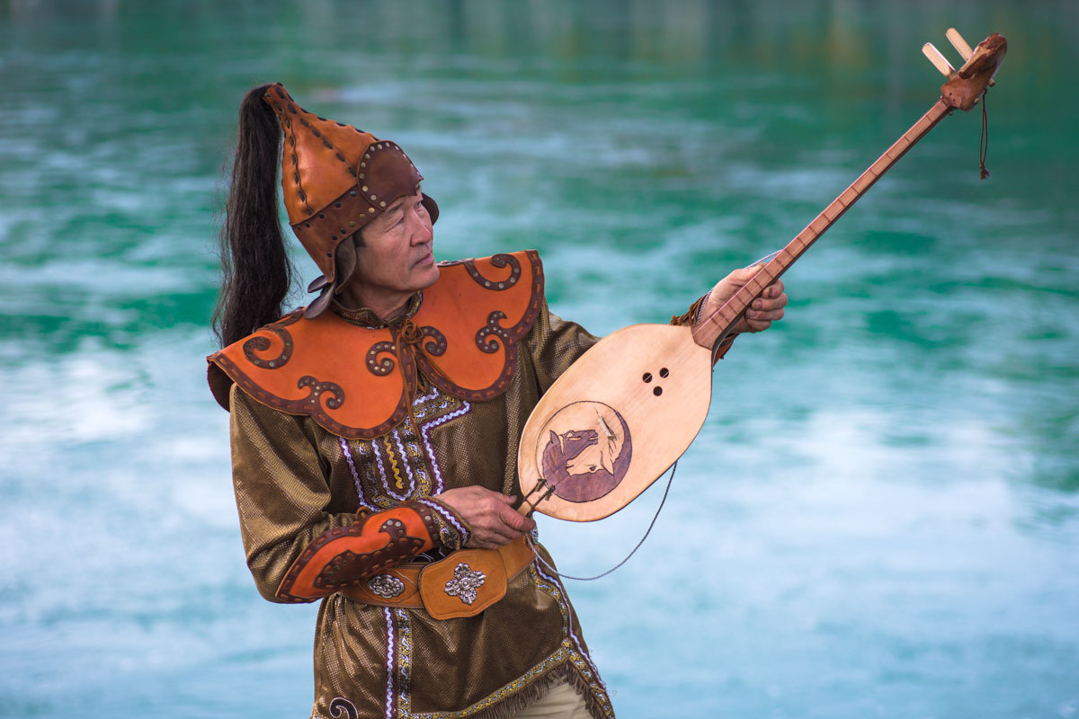 Kaichi sing both folk songs and heroic epics -- known as kai. Do not miss the chance to listen to kaichi, as they are very impressive.