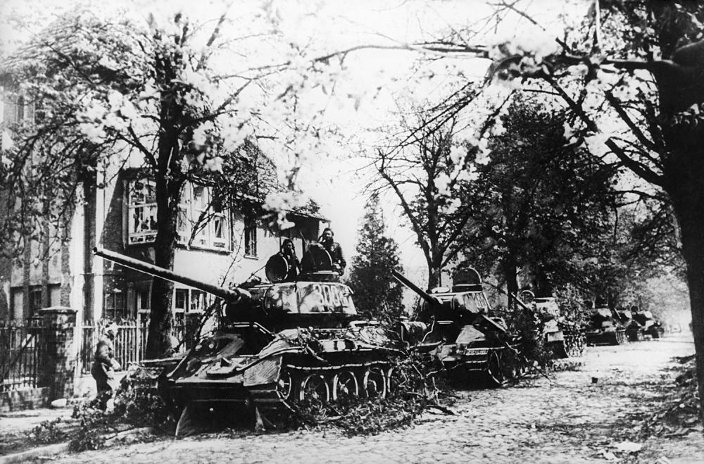 Tanques soviéticos fotografados nos arredores de Berlim