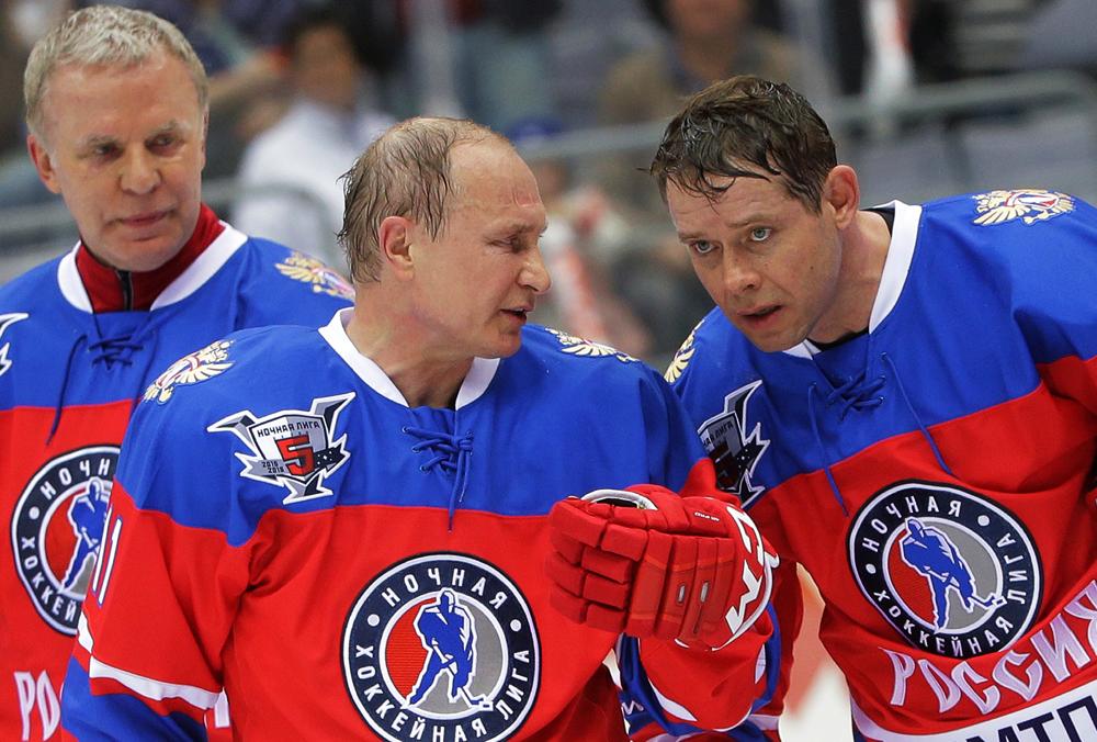 De izquierda a derecha: Vyacheslav Fetísov, Vladimir Putin y Pável Buré.
