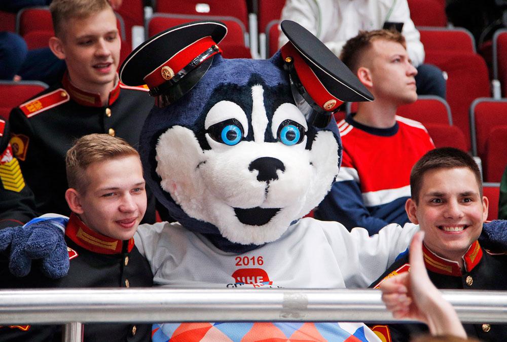 Маскотата Лајка седи меѓу кадети во текот на натпреварот во групата Б меѓу Франција и Белорусија на Светското првенство во хокеј во Санкт Петербург, Русија.
