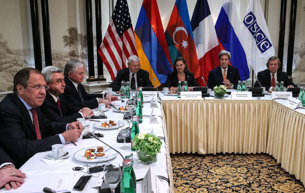 De gauche à droite : Sergueï Lavrov, ministre russe des Affaires étrangères, Serge Sarkissian, président de l'Arménie, Edward Nalbandian, ministre des Affaires étrangères de l'Arménie, l'ambassadeur Andrzej Kasprzyk, représentant personnel du Président en exercice de l'OSCE, Victoria Nuland, secrétaire d'État assistant pour l'Europe et l'Eurasie et John Kerry, secrétaire d'État des États-Unis.