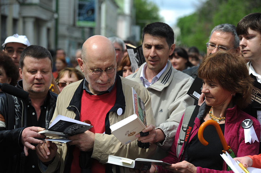 "Writer Grigory Chkhartishvili (Boris Akunin) signs autographs during an opposition action ""Control Walk"" organized by famous Russian writers."