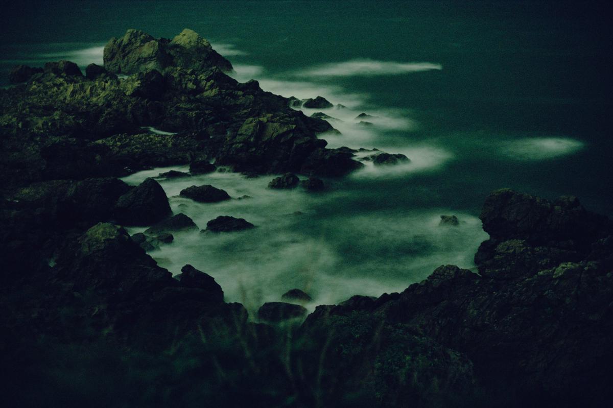 Японският фотограф Кацухито Наказато е известен с фотографиите си на изчезващи райони в Токио, както и на японски пещери и брегове.