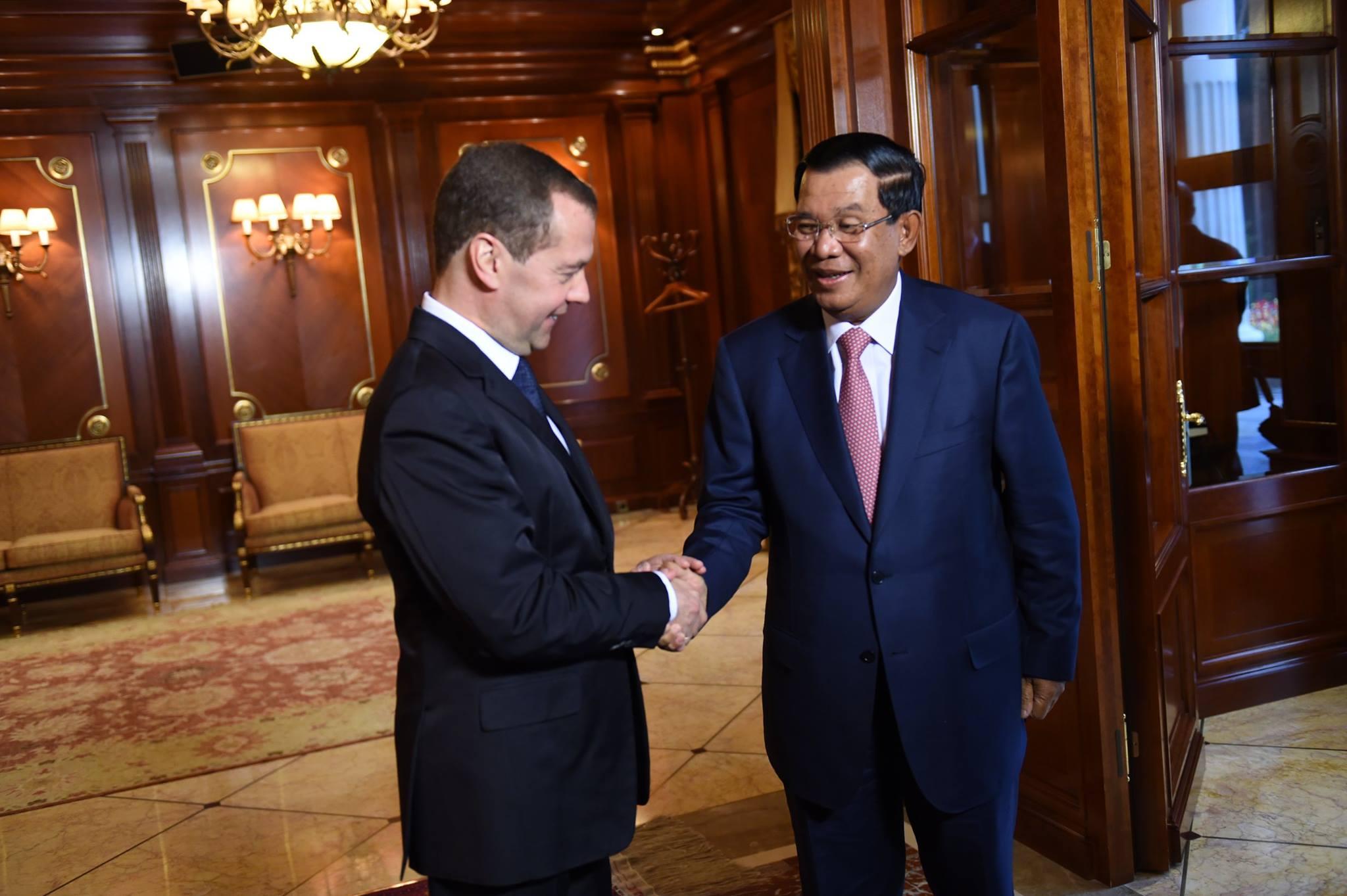 Russian Prime Minister Dmitry Medvedev (L) and Cambodian Prime Minister Hun Sen (R).