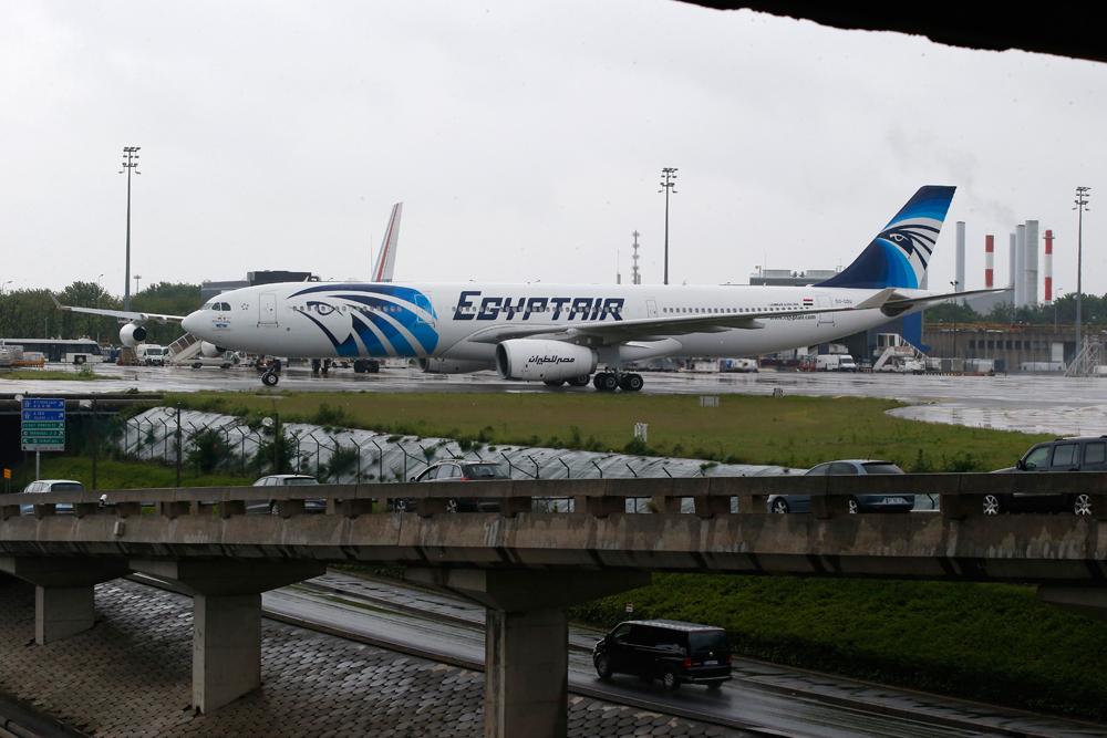 Pesawat Airbus A330-300 EgyptAir dari Kairo mendarat di landasan Bandara Internasional Charles de Gaulle, Prancis, Kamis (19/5). Pejabat Mesir dan Yunani mengatakan, pesawat EgyptAir dari Paris ke Kairo yang membawa 66 penumpang dan awak pesawat jatuh di Laut Tengah pada Kamis pagi, di dekat Pulau Kreta, Yunani.