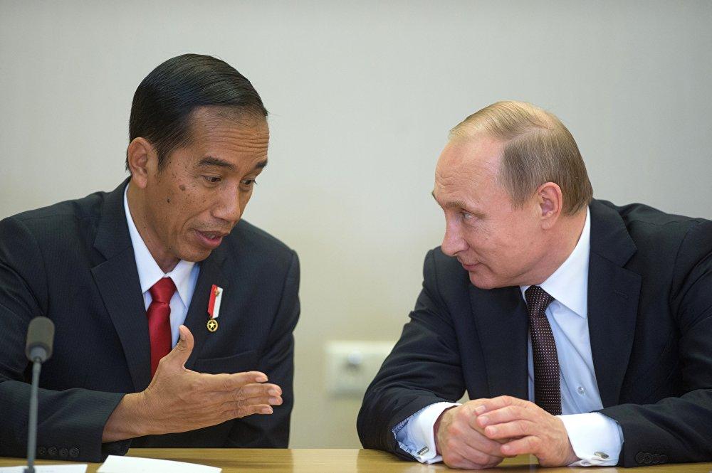 Presiden Indonesia Joko Widodo (kiri) dan Presiden Rusia Vladimir Putin (kanan).