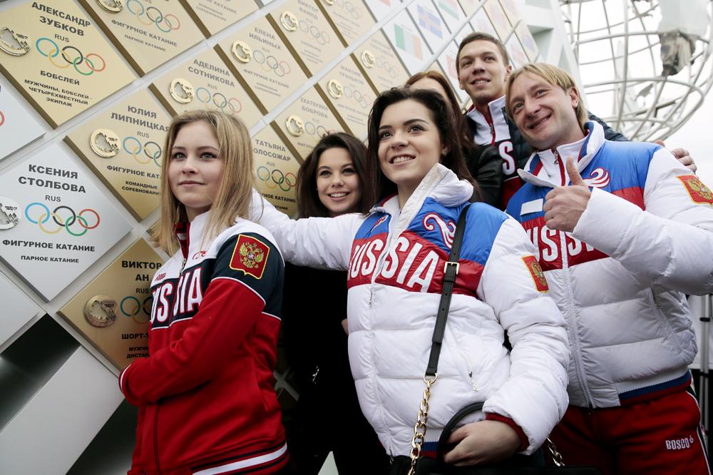 2014年ソチ冬季五輪のメダリストたち:ユリヤ・リプニツカヤ、エレーナ・イリヌイフ、アデリナ・ソトニコワ、ドミトリー・ソロヴィエフ、エフゲニー・プルシェンコ=