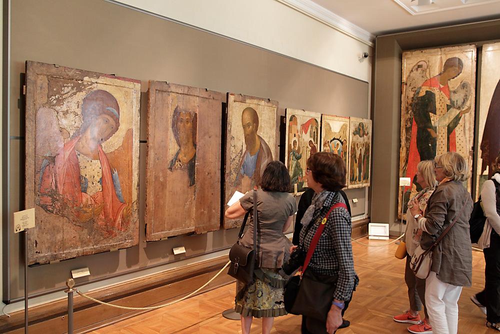 Besucher der Tretjakow-Galerie im Saal der Altrussischen Kunst.