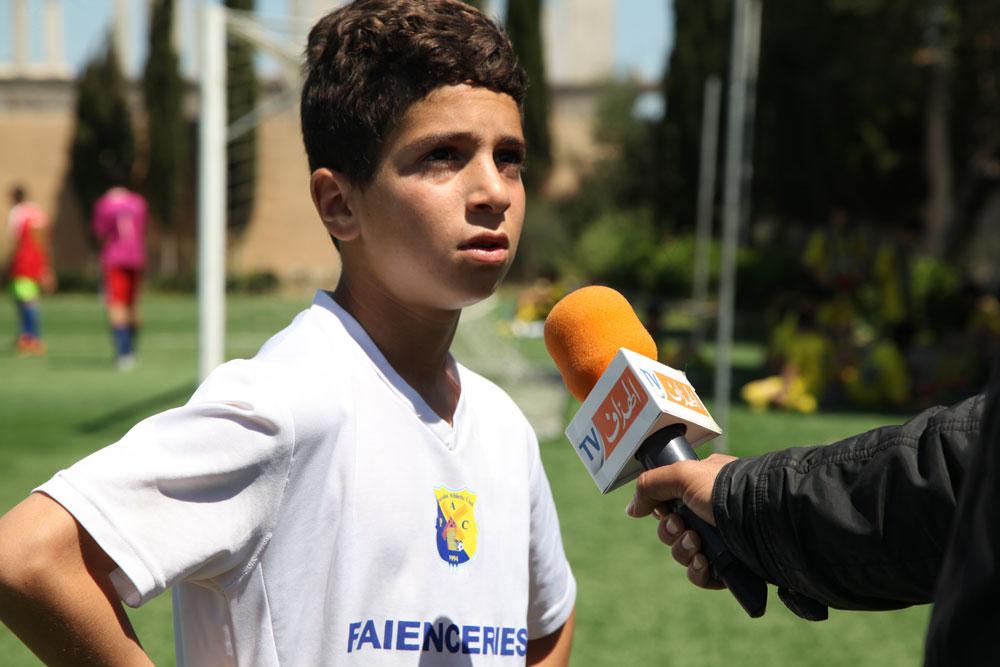 Ein Spieler aus der Paradou Athletic Club-Akademie spricht vor Journalisten nach dem Freundschaftsspiel mit Tessala El Merdja. Sein Team ist die erste afrikanische Mannschaft, die am Gazprom-Programm teilnimmt.