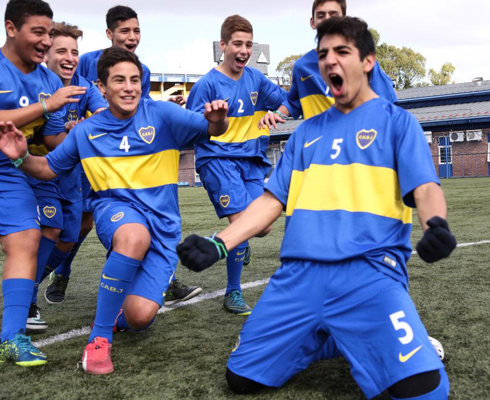 Nachwuchsspieler aus dem argentinischen FC Boca Juniors freuen sich daru00fcber, am Gazprom-Programm teilnehmen zu du00fcrfen.