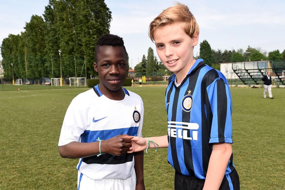Nachwuchsspieler vom F.C. Internazionale Milano S.p.A. tauschten mit anderen Teilnehmern ihre Friendship-Armbu00e4nder, die als Symbol des Gazporm-Programms gelten.
