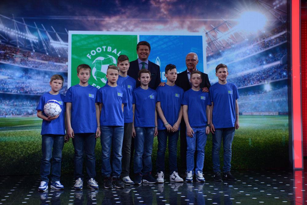 Nachwuchssportler von Zenit Sankt Petersburg durften die deutsche Fuu00dfball-Legende Franz Beckenbauer kennenlernen.