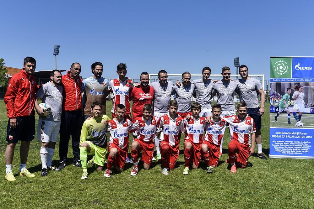 Am internationalen Fuu00dfballtag veranstaltete der FC Crvena Zvezda aus Serbien eine Pressekonferenz mit heimischen TV-Stars. \n