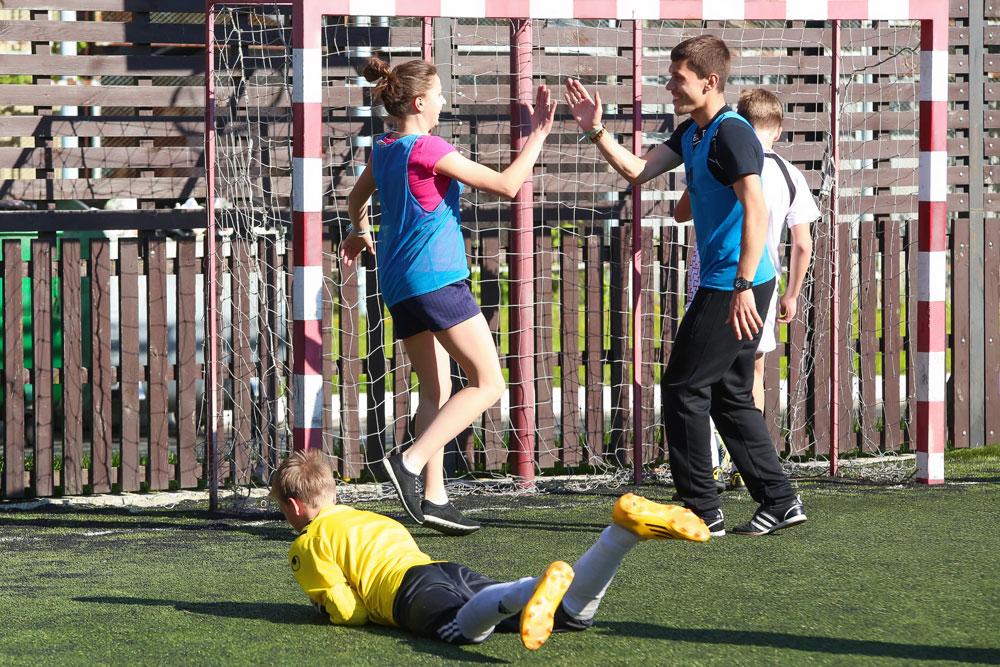 Die ukrainischen Jungs aus FC Volyn spielten gegen ein Mu00e4dchenteam. \n