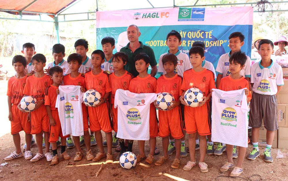 Die neuen Teilnehmer aus Vietnam, die erst dieses Jahr dem Projekt von Gazprom beigetreten sind, trafen sich zu einem Wohltu00e4tigskeitsspiel mit armen Kindern einer ethnischen Minderheit und brachten fu00fcr sie kleine Geschenke mit.