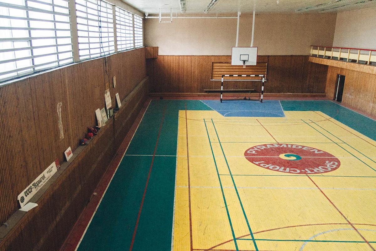 De nombreuses installations sont conservées : ici, vous trouverez une école et une salle de concert, qui gardent encore des meubles, des posters et des livres soviétiques.