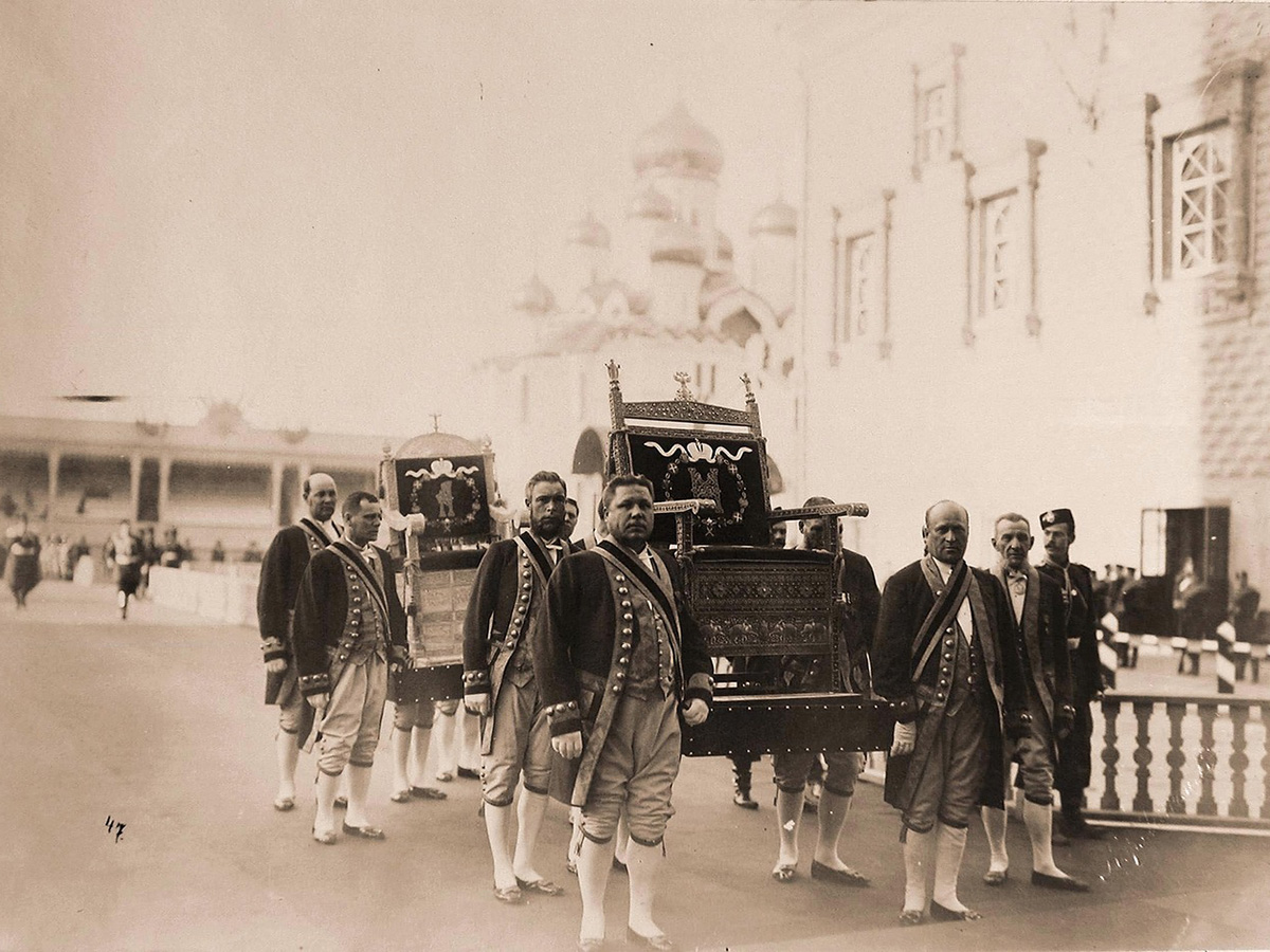 The scale and the splendor of the celebrations greatly surpassed previous coronations. / Palace employees carrying thrones to the Cathedral of the Dormition during the preparations for the coronation.