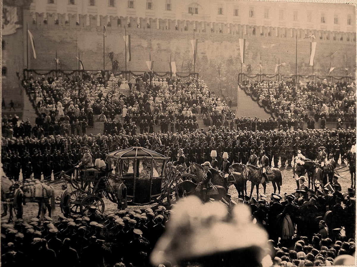 All guests invited to attend the solemn entry of the royal couple on May 9 were asked to come to Moscow not later than 5 May. / Coronation chariot of Empress Alexandra Fyodorovna passing in front of the tribune near the Kremlin walls.