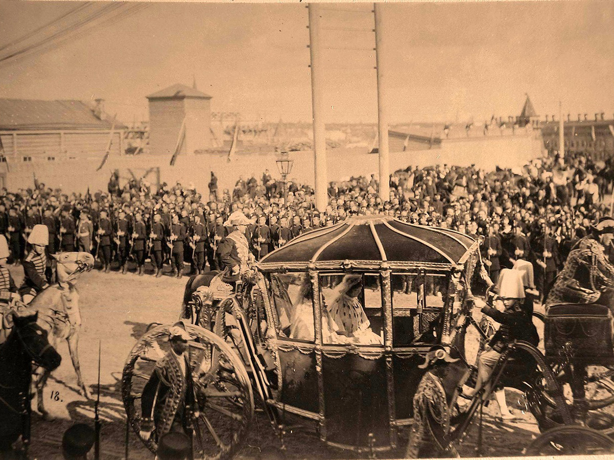 In accordance with royal etiquette, the Emperor and high-ranking guests made their solemn entry from Petrovsky Palace on the Petersburg highway, and continued along Tverskaya-Yamskaya and Tverskaya streets. / Coronation chariot of Empress Alexandra Fyodorovna.