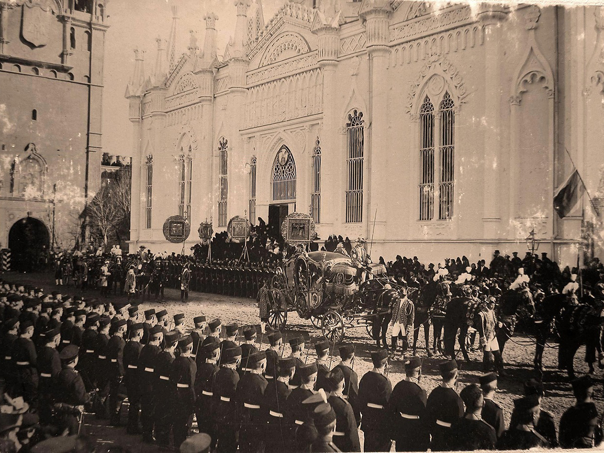 Nicholas II gave the order to arrange mass celebrations on 30 May. Pavilions and temporary theatres were put up, along with places for handing out gifts to people (a cup, bread, sausage and sweets). / Procession of participants in the coronation.