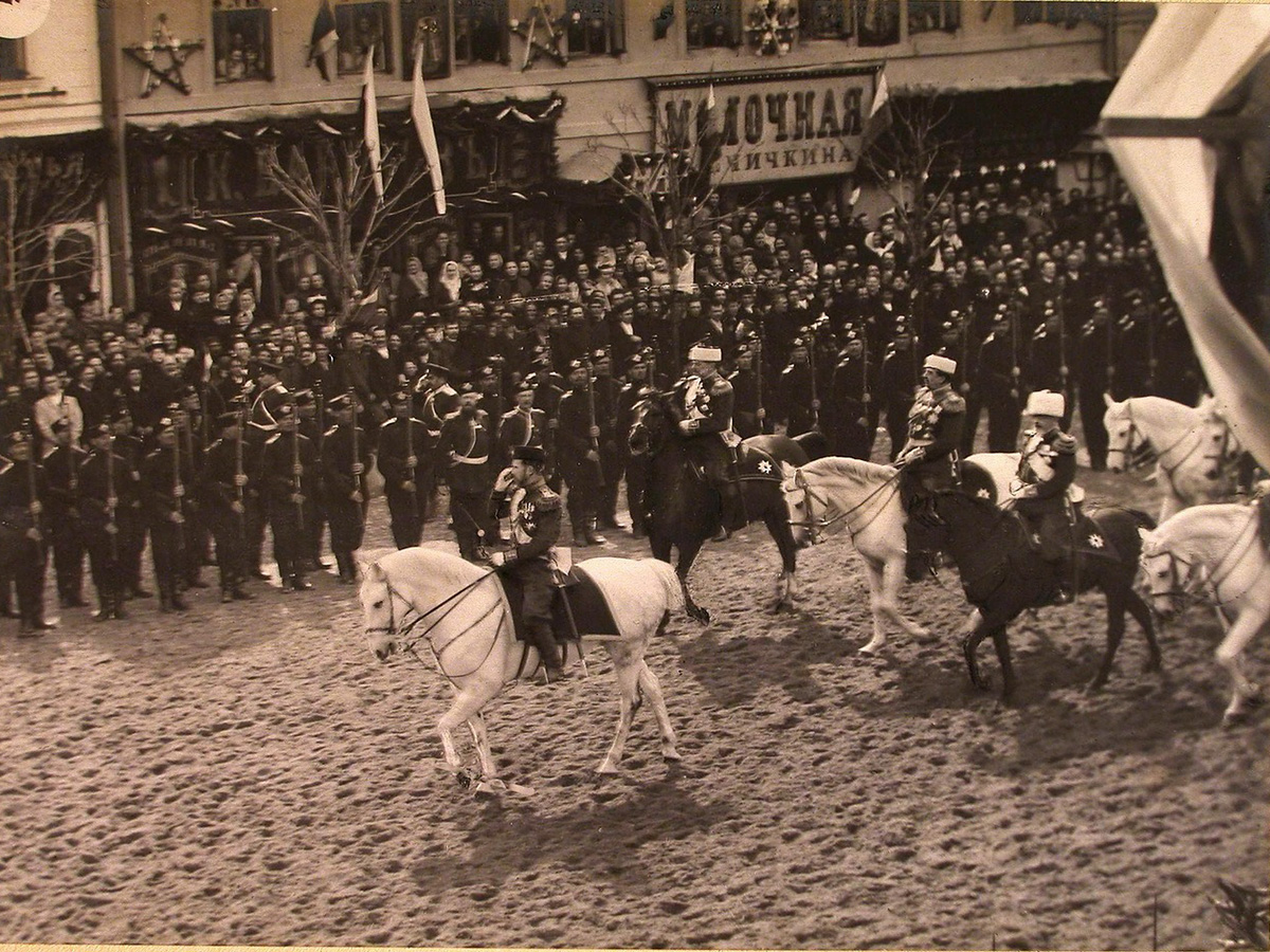 Emperor Nicolas II was informed of the incident, and he quickly dispatched an official telegram with condolences. However, the celebrations continued according to plan. That very same evening, May 30, Nicolas II attended a ball at the residence of the French ambassador, which many citizens perceived as disrespectful. /  Emperor Nicholas II (riding a white horse) with his entourage during the solemn entry.