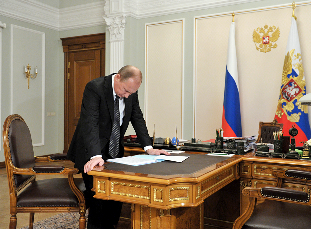 Russian economists presented to Vladimir Putin three programs to help the country get out of the crisis. Source: Aleksey Nikolskiy/RIA Novosti
