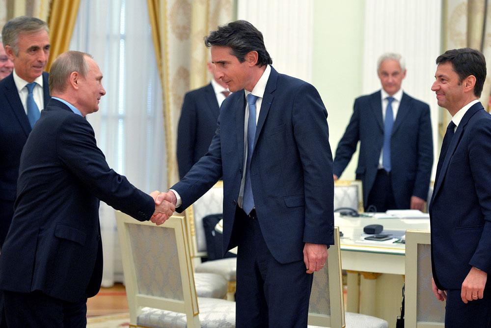 Le 25 mai 2016, le président russe a reçu au Kremlin des hommes d'affaires français. Sur la photo : Vladimir Poutine et Patrice Caine, PDG de Thales.