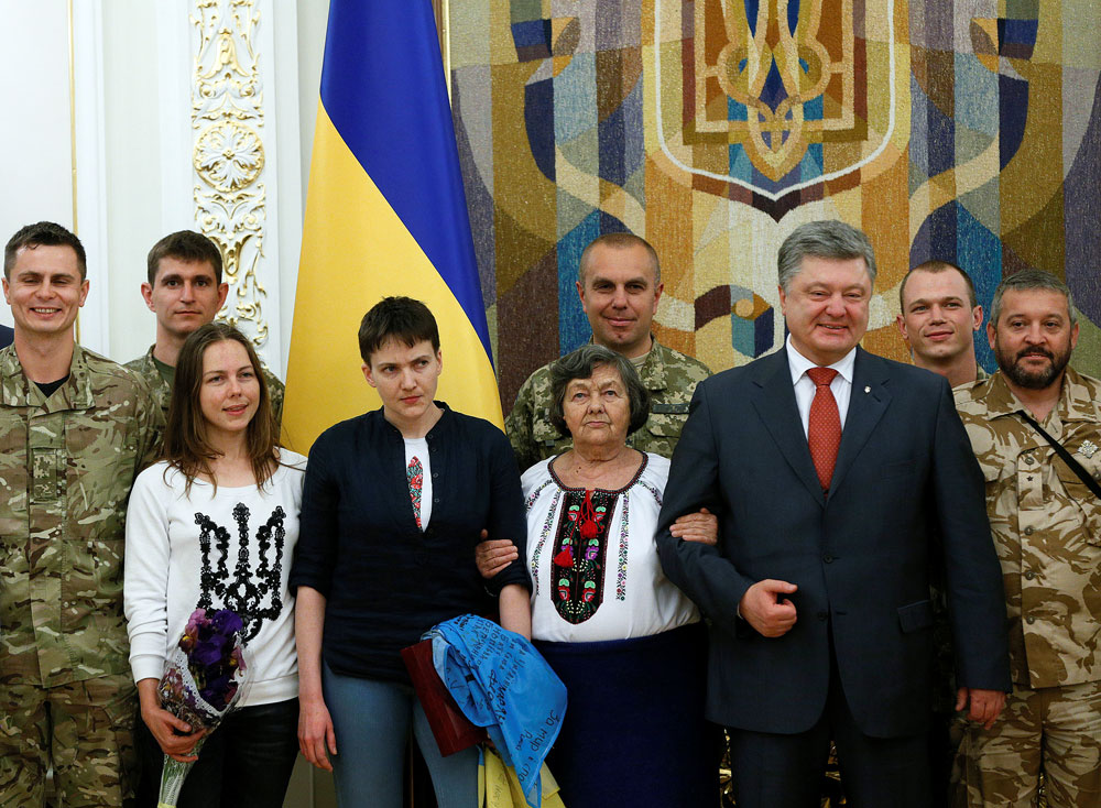 Ukrainian President Petro Poroshenko, Ukrainian servicewoman Nadiya Savchenko, her sister Vera, her mother Maria and her comrades pose for a picture at the Presidential Administration in Kiev, Ukraine, May 25, 2016.