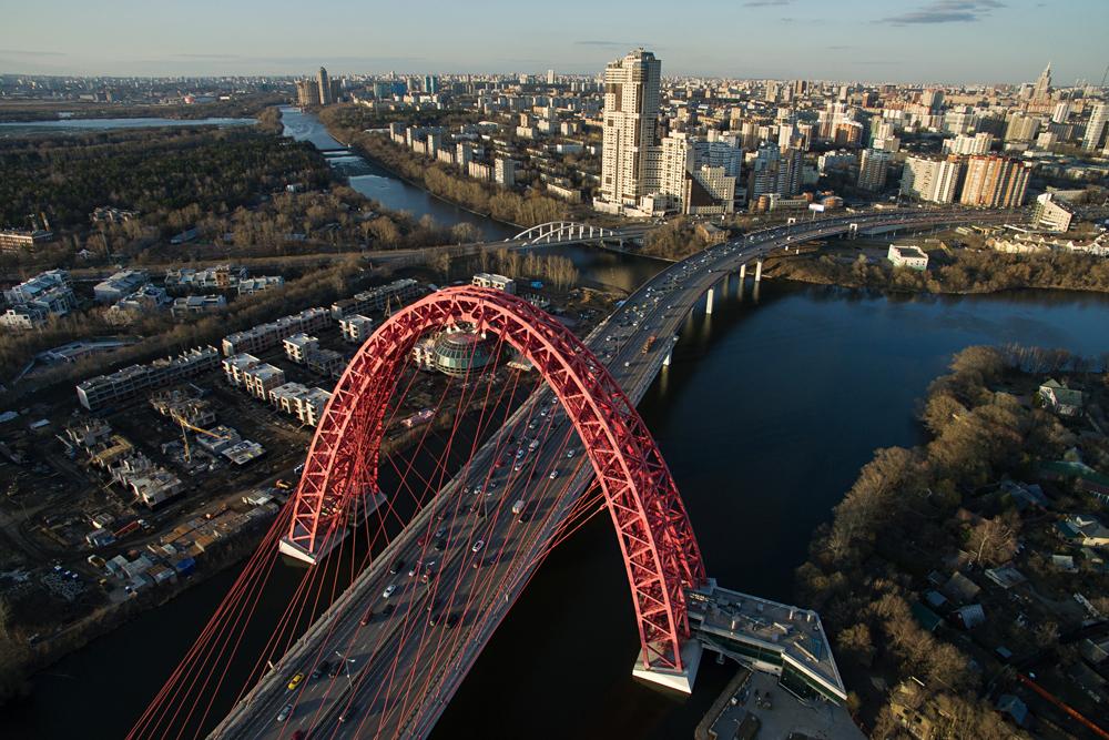 モスクワ川にかかるジヴォピスニー橋=マクシム・ブリノーフ撮影/ロシア通信