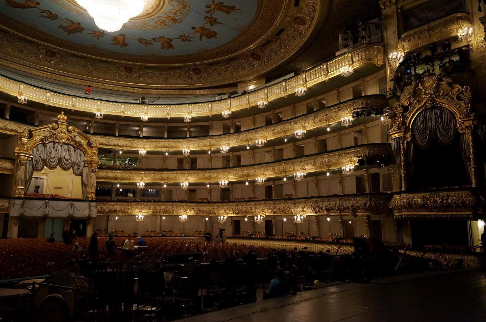 Gostujoči orkester domuje v znamenitem Mariinskem gledališču v Sankt Peterburgu.