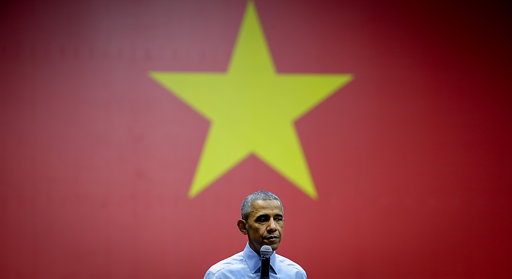 US President Barack Obama talks to Vietnamese youths, members of the Young Southeast Asian Leaders Initiative (YSEALI) program at the GEM Center in Ho Chi Minh City, Vietnam, 25 May 2016.