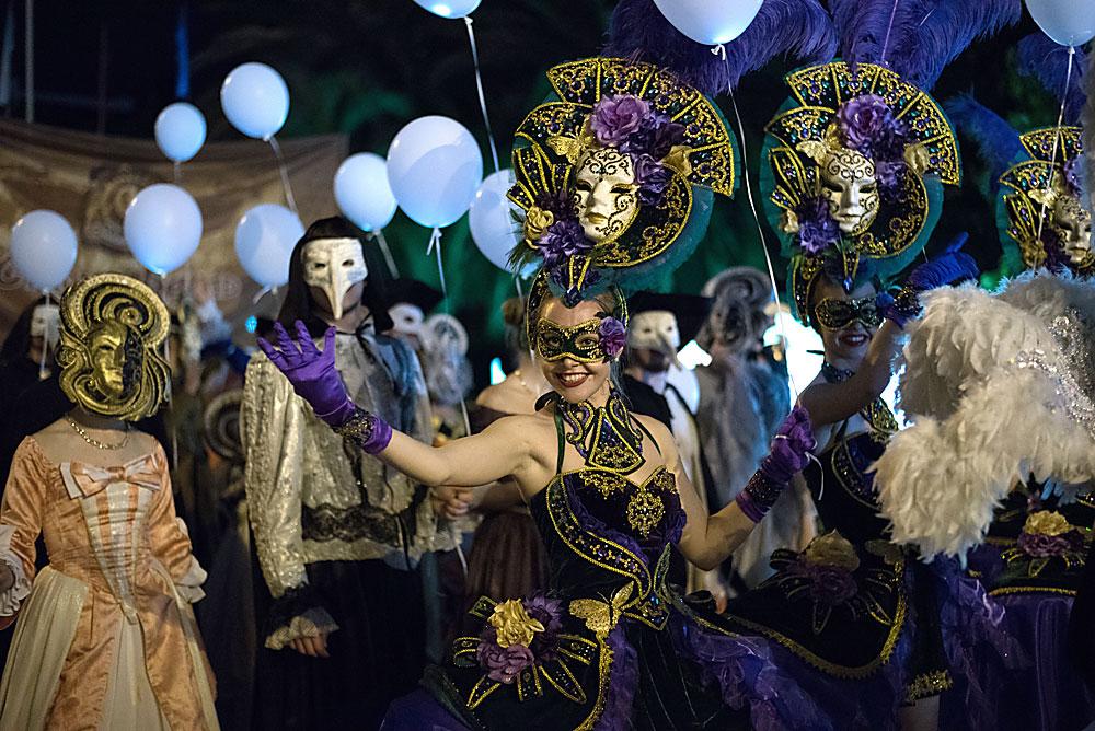 Учесници во карневалот во Сочи во чест на официјалното отворање на сезоната на одмори.