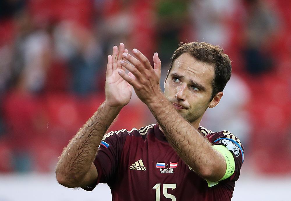 Moscou, Russie, 14 juin 2015. Le Russe Roman Shirokov tape des mains après l'échec de l'équipe russe dans le match contre Autriche lors du match de qualification (Groupe G) de l'Euro 2016.