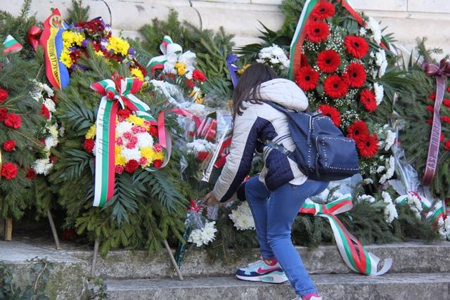 "Гражданка на Плевен поднася цветя пред параклис-мавзолей ""Св. Георги Победоносец"". Снимка: Десислава Бонева"