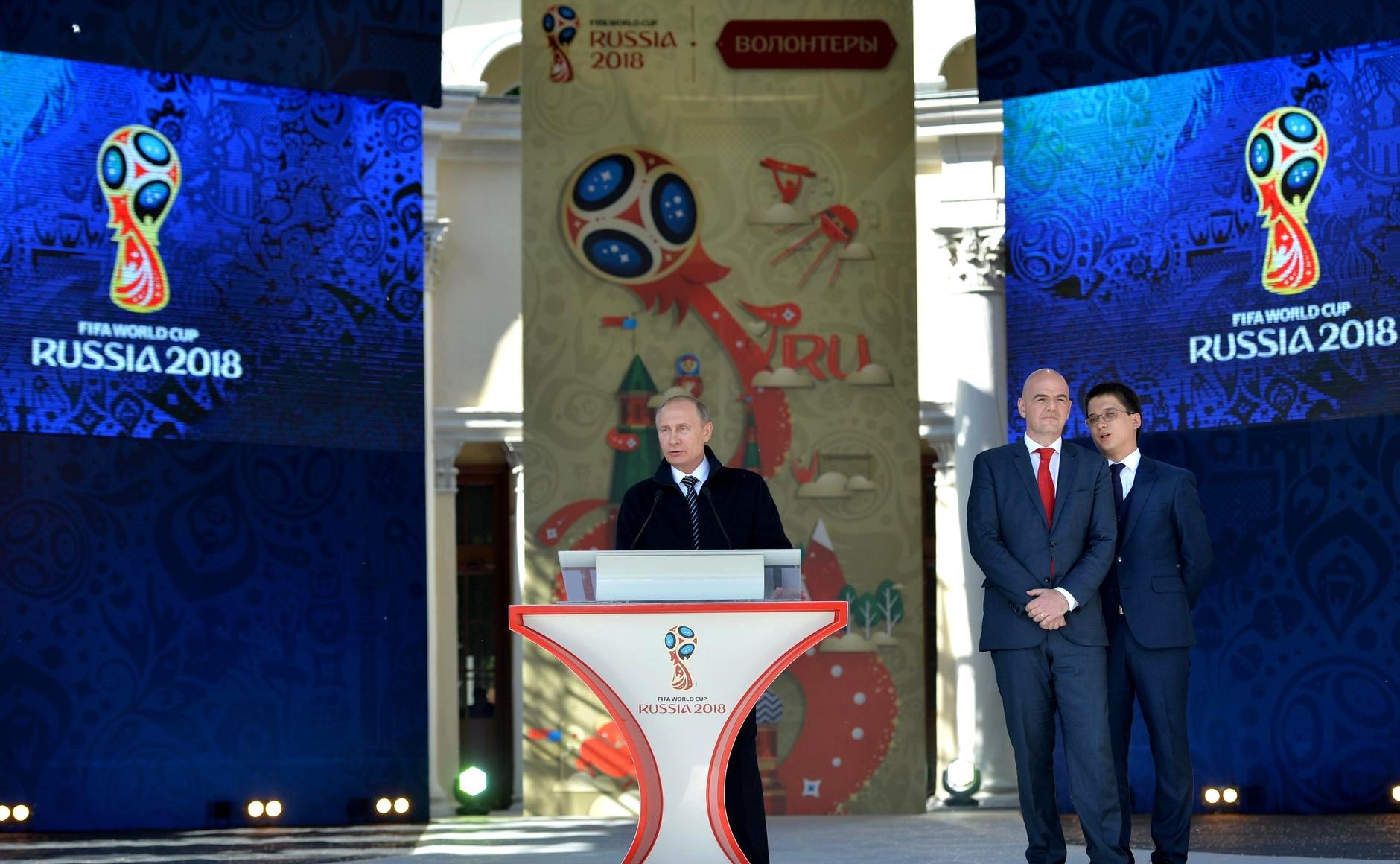 Претседателот на РФ Владимир Путин и претседателот на ФИФА Џани Инфантино.