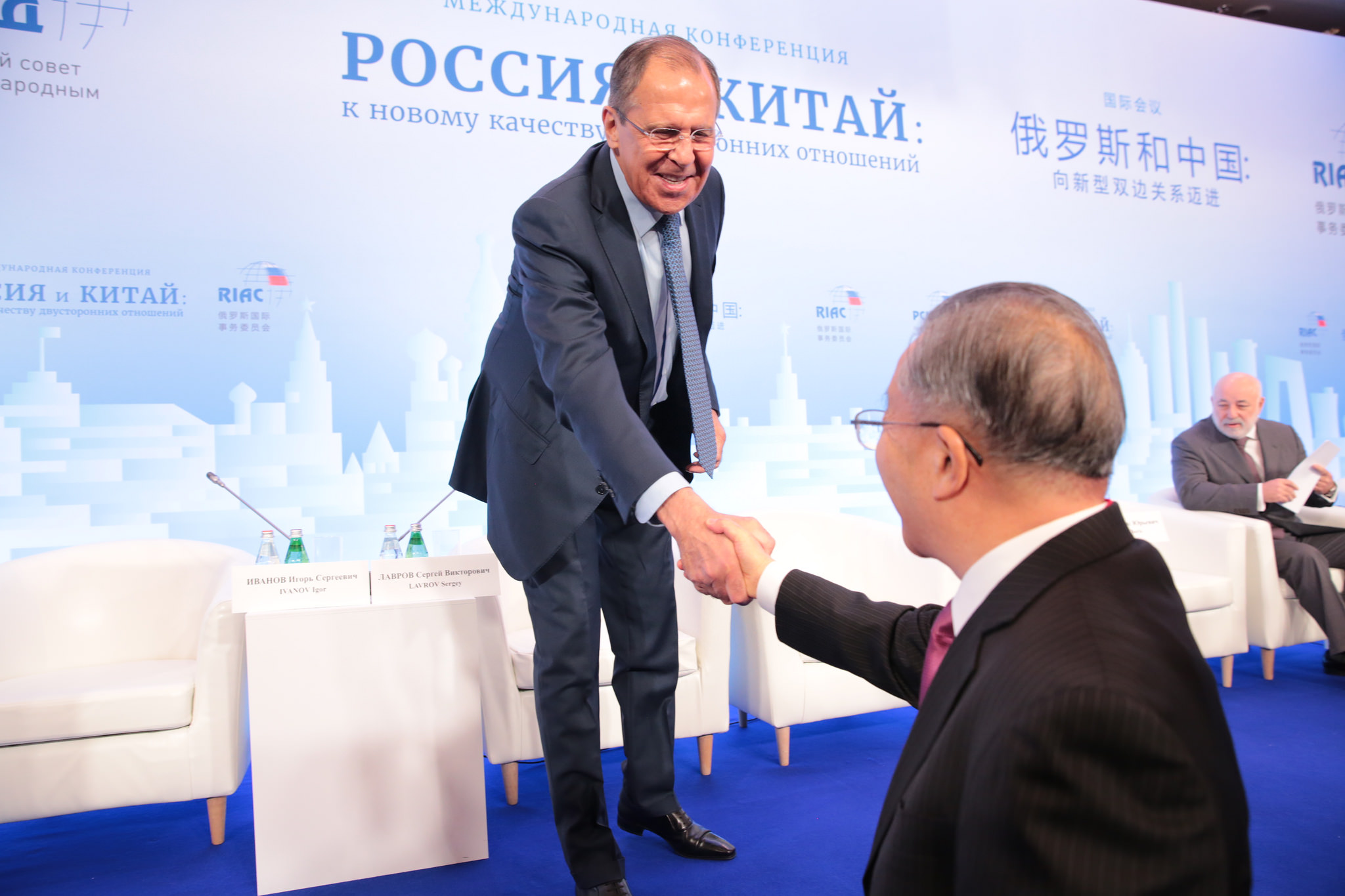 Russian Foreign Minister Sergei Lavrov (L) shakes hands with Chinese diplomat Dai Bingguo (R).