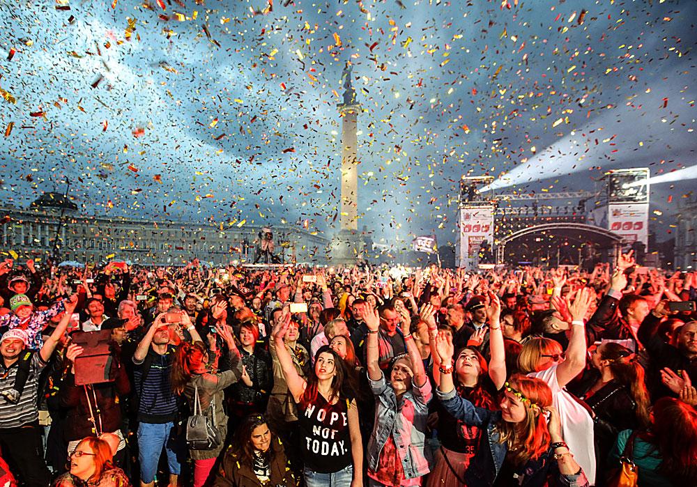 """Хора на рок фестивала """"Нашите в града. Музиката на свободата"""" на Дворцовия площад в Санкт Петербург. Събитието отбелза 35-годишнината от създаването на групата """"Ленинград"""" и 15-годишнината на радиостанцията """"Наше радио""""."""
