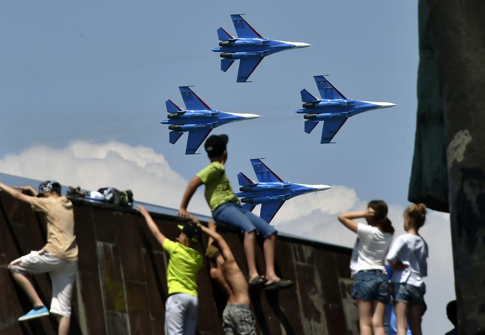 """Церемонията по закриването на конкурса """"Авиадартс-2016"""" (състезания между военни летци) се състоя в Севастопол на площада """"Нахимов"""". В авиошоуто участваха руски авиационни групи за висш пилотаж."""